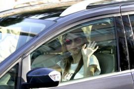 Bitte Lächeln! Königin Letizia winkt an einer Ampel den Fotografen zu.