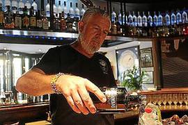 Barkeeper Rafael González.