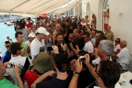 König Felipe wird bei seiner Ankunft am Hafen wie ein Popstar gefeiert.