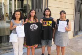 Mitglieder der Linkspartei am Montag, bevor sie Anzeige erstatteten. Links: Parlamentarierin Fina Santiago.