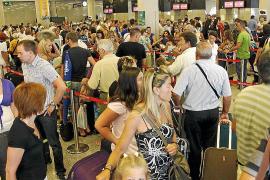 Die Abfertigungshalle im Flughafen Son Sant Joan in der Hauptsaison.