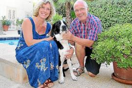 Heike und Paul Stijohann haben ihre Hündin Skrollan mit nach Mallorca gebracht.