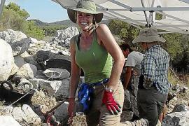 Feldforschung ist anstrengende Kleinarbeit: Eine freiwillige Helferin.
