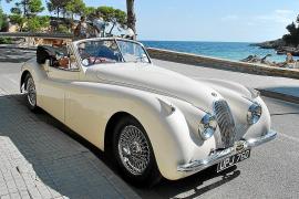 Ein Traum in Weiß: Der Jaguar XK 120, Baujahr 1954, sorgt stets für staunende und bewundernde Blicke.