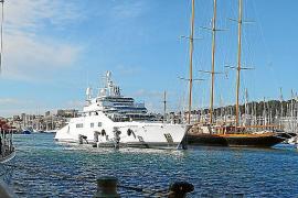 """Zwei Mega-Yachten, die ihren Stammhafen in Palma haben: Die Dreimaster-Segelyacht """"Creole"""" (63 Meter) und die Motoryacht """"Enigma"""