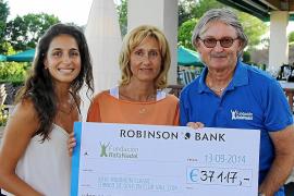 """Die Präsidentin der Nadal-Stiftung, Ana María Parera (M.), nimmt den Scheck entgegen. Links Nadals Freundin """"Xisca"""" Perelló, rec"""