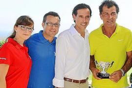Die Versteigerung des French-Open-Sets von Rafael Nadal und die Preisverleihung, bei der auch Nadals Onkel Miquel Angel (r.) ein