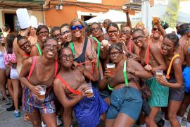 Leicht bekleidet: Teilnehmerinnen beim Unterwäschelauf von Bunyola.
