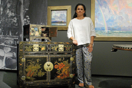 Kuratorin Silvia Pizarro im nachgestellten Atelier ihres Großvaters Hermen Anglada-Camarasa.