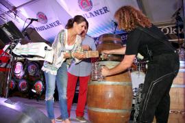 Fassanstich mit Gemeinderätin Eugenia Frau und Miki Jaume von Trui Espectacles.