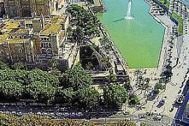 Die Kathedrale von Palma de Mallorca aus Drohnenperspektive.