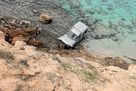 Autofahrerin überlebt 50-Meter-Sturz von Klippe