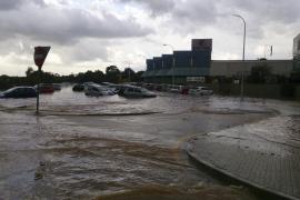 Nach dem Wolkenbruch: Das Industriegebiet von Llucmajor steht unter Wasser.OR. COCHES Y CASAS ANEGADAS TRAS CAER 50 LITROS