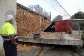 Eine Betonmauer wurde unterspült und stürzte um.