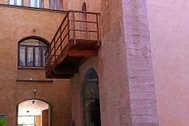 Vom einstigen Palast des mallorquinischen Königs Jaume II. ist einzig der Bergfried erhalten geblieben. Er befindet sich kuriose