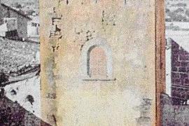 Die historische Aufnahme zeigt den Turm vom einstigen Palast des mallorquinischen Königs Jaume II. sowie sein Umfeld zu Beginn d