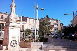 Nett hergerichtet, mit Cafés, Bäumen, Wasserspielen: Die Plaça Sant Jaume, auf halbem Weg zwischen Bahnhof und Kirche.