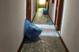 Plastikfolien schützen die Teppichböden auf den Fluren.