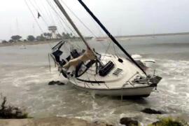 Bei Puerto Portals trieb der Sturm eine Segelyacht an den Strand.