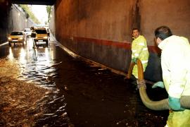 An den Avenindas in Palma lief eine Unterführung voll Wasser.