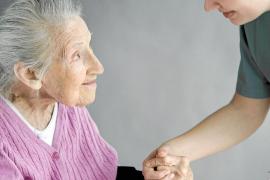 Viele ältere Menschen sind auf Pflege angewiesen. Die Geldleistungen der deutschen Pflegeversicherung im Ausland reichen dafür o