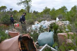 Ölfässer und Sperrmüll verschandeln das Baugebiet in Port d'Andratx.