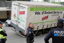 Kartoffellaster bricht in Straßenbelag ein