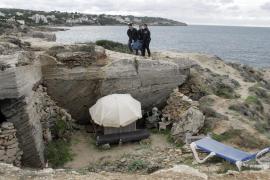 Die Felsgrotte am Meer war die letzte Behausung des Obdachlosen gewesen.