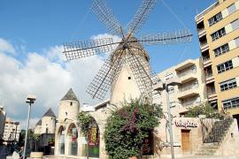 Wie ein Relikt aus der Vergangenheit ragen die vier Windmühlen in die Höhe.