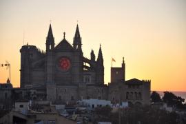 Das Rund des Kirchenfensters glüht von innen rot auf.