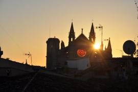 Das Rund des Kirchenfensters glüht von innen rot auf. Foto: Dorothee Kammel