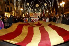 Mallorcas Unabhängigkeitsbefürworter demonstrierten mit einer sogenannten Estelada-Fahne mit rotem Stern.