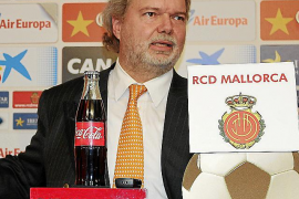 DEZEMBER: Utz Claassen wird überraschend zum Präsidenten des Fußball-Zweitligisten Real Mallorca gewählt.