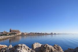Einfach nur blau präsentiert sich der Himmel über Mallorca dieser Tage, ganz wie auf dem Archivfoto, das die Kathedrale von Palm