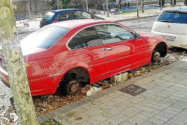 Von einem roten 3er-BMW in Palma de Mallorca wurden die zwei Felgen auf der rechten Seite abmontiert.