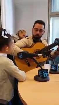 Singendes Kind rührt ganz Spanien