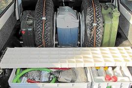 Im Kofferraum finden sich wichtige Ersatzteile für den Notfall in der Wüste.