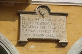 Die Tafel auf Palmas Plaça Major zeigt an, wo Llulls Geburtshaus gestanden haben soll.