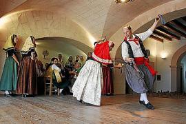 Die Folkloregruppe Aires de Muntanya (Berglüfte) zeigt wöchentlich Tanzdarbietungen in Originaltrachten.SELVA - AGRUPACION AIRES