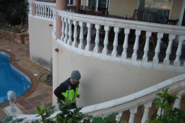 Beamte  der spanischen Nationalpolizei durchsuchten auch ein Chalet bei Palma.