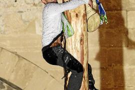 Sergí Gómez kletterte am schnellsten den glitschigen Pfahl hoch.