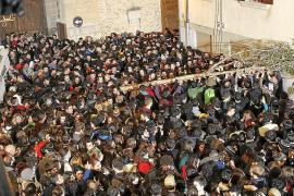 Die Plaça Vella in Pollença ist traditionell zum Bersten voll an Sant Antoni.