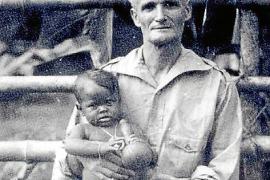 Der spätere Künstler als Kleinkind mit seinem Vater Antonio Fullana.