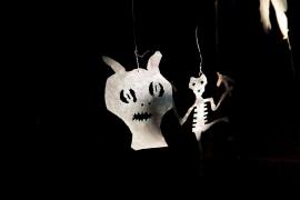 Die Umrisse von rund 60 Geisterfiguren werden an die Wände der Lonja projiziert.