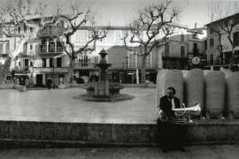 Musiker auf der Plaça in Sóller, der auf den Beginn der Osterprozession wartet.