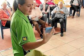 Nachmittägliches Ritual: Animateurin Joke Hermans spielt mit Senioren im Hotel Iberostar Royal Playa de Palma Bingo.