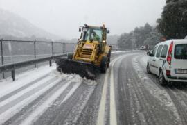 Im Tramuntana-Gebirge sind seit Mittwochmorgen Schneeräumfahrzeuge im Einsatz.