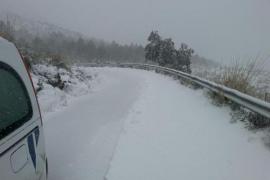 Verschneite Landstraße im Tramuntana-Gebirge.