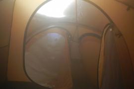Ein Foto aus dem Inneren des Zelts: Die Scheewand ist deutlich zu sehen.