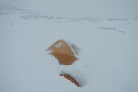 Nach dem Sturm: Das Zelt von Christian Roland verschwindet auf dem Massanella-Gipfel fast unter dem Schnee.